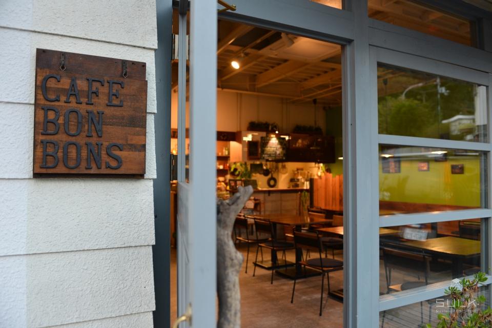 写真:大阪府和泉市 CAFE BONBONS 店舗什器一式