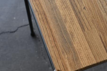 写真:ROUND BAR STOOL – PINE