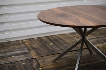 写真:WALNUT ROUND TABLE – Asterisk frame 4025