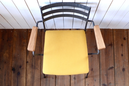 写真:STEEL ARMCHAIR – Oak Arm / Leather Seat