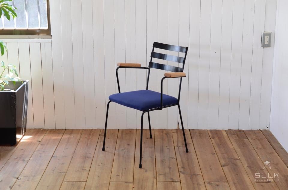 写真:STEEL ARMCHAIR – Oak Arm / Fabric Seat