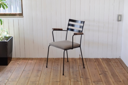 写真:STEEL ARMCHAIR – Walnut Arm / Fabric Seat