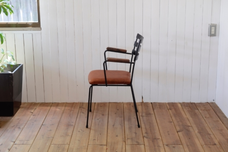 写真:STEEL ARMCHAIR – Walnut Arm / Leather Seat