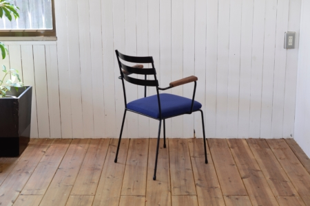 写真:STEEL ARMCHAIR – Walnut Arm / Fabric Seat
