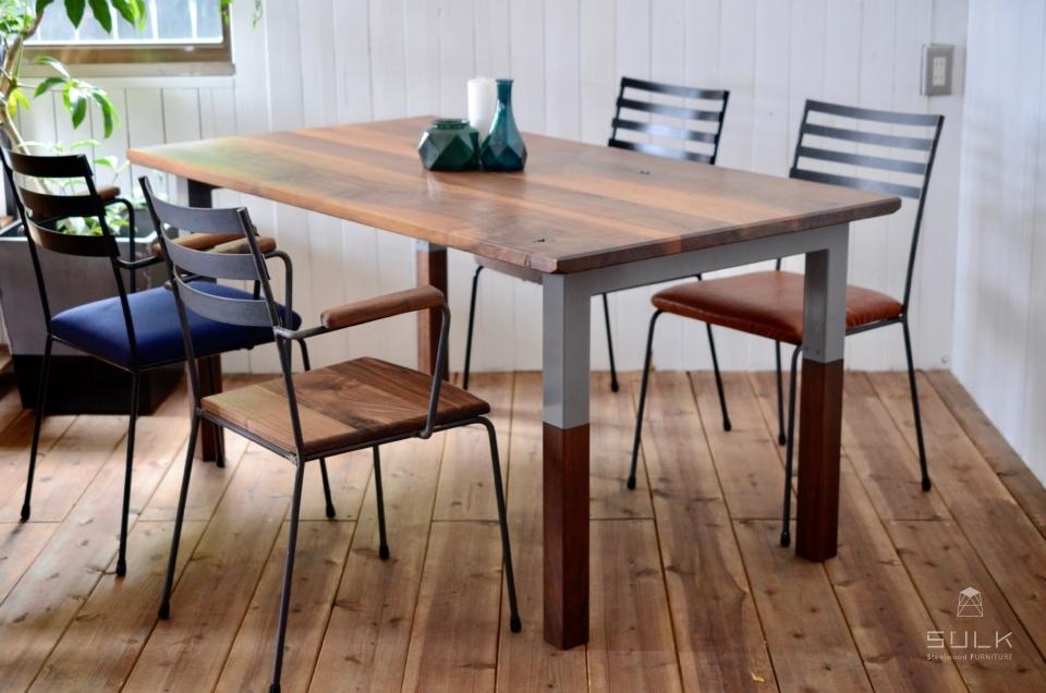 写真:WALNUT DINING TABLE – Steelwood frame