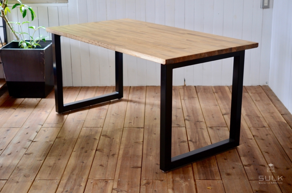 写真:LAMINATED PINE DINING TABLE – Square frame