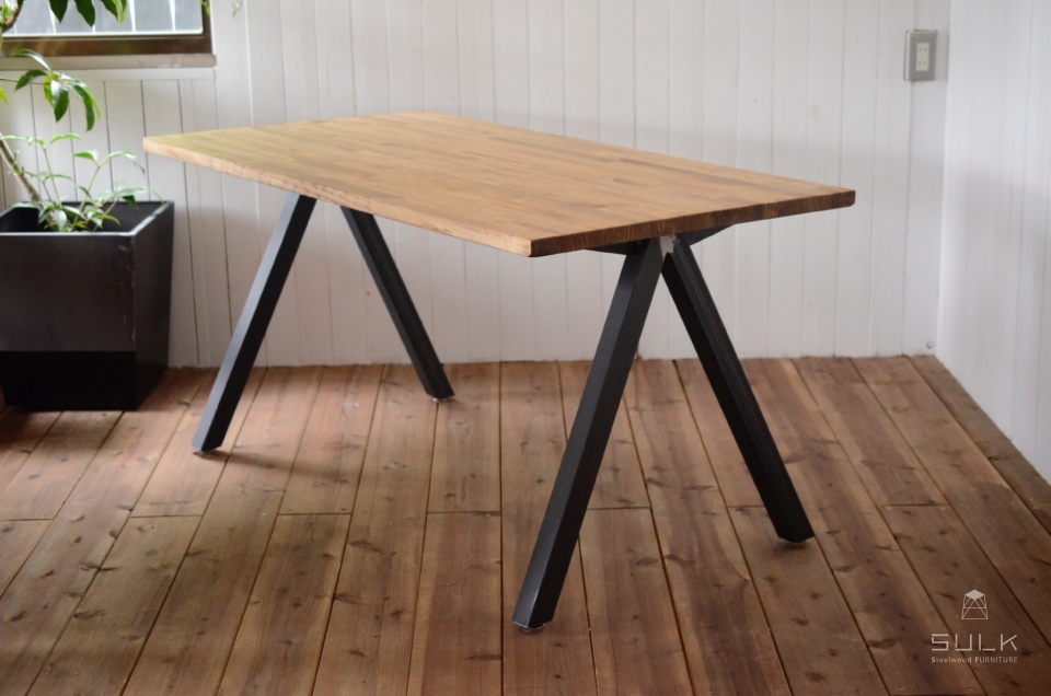 写真:LAMINATED PINE DINING TABLE – A frame
