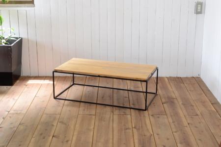 写真:TETRAGON TABLE – PINE