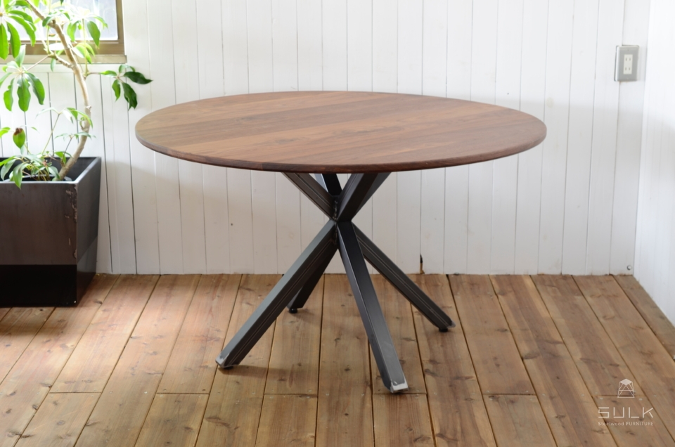 写真:WALNUT ROUND TABLE – Asterisk frame 5050
