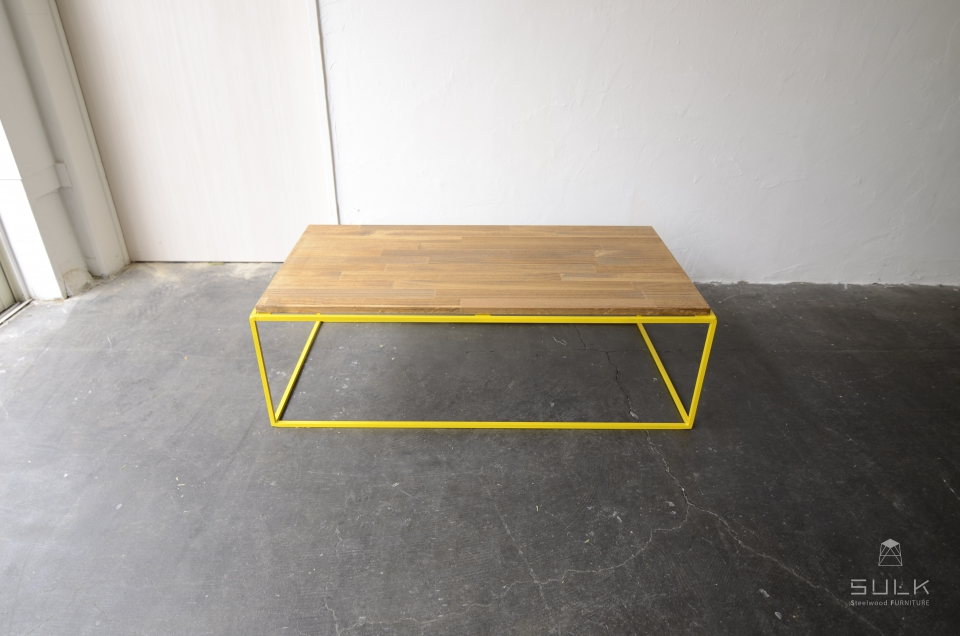 写真:TETRAGON TABLE – PINE