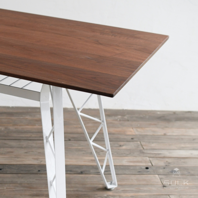 写真:SULKTABLE – truss reg / WALNUT