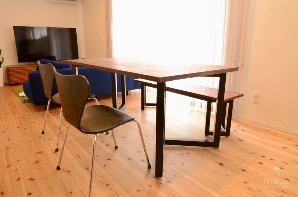 写真:奈良県生駒郡 Y様邸 Walnut DINING TABLE & BENCH – Double Rectangle Frame