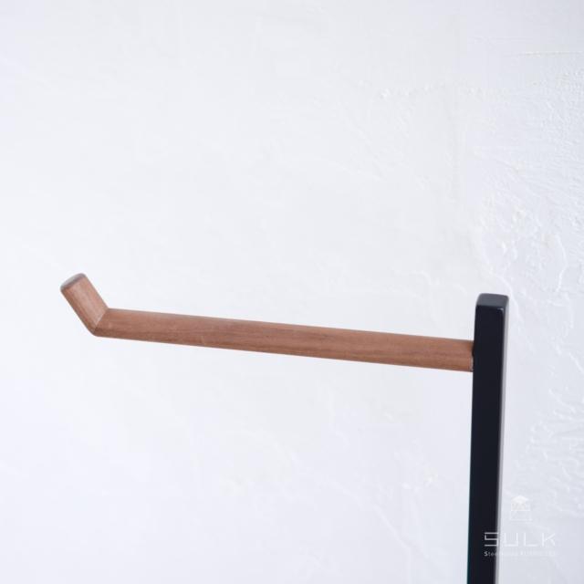 写真:UMBRELLA HANGER SLIM – walnut bar