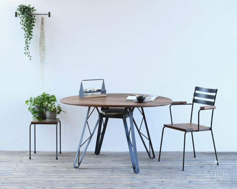 写真:WALNUT ROUND TABLE – truss reg