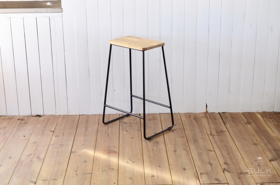 写真:TRAPEZOID STOOL – HIGH