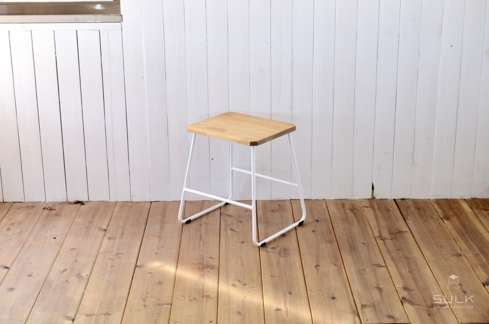 写真:TRAPEZOID STOOL – LOW